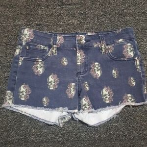 Cut-off jean shorts with flowered skulls